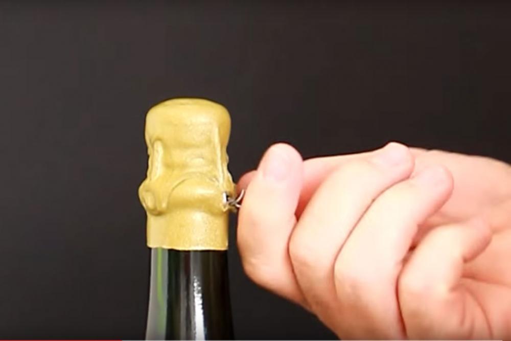 Apertura de una botella de champagne con cápsula de lacre