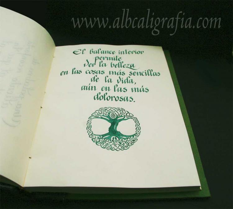 Texto caligráfico sobre balance interior. Dibujo de árbol del mundo celta