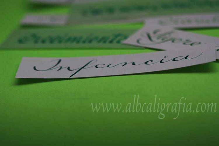 Palabra infancia escrita en caligrafía sobre un fondo verde