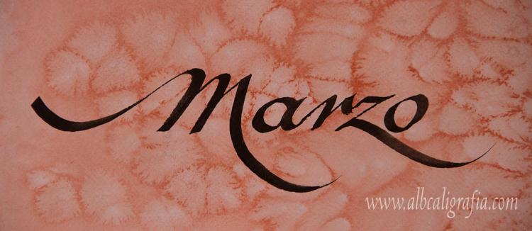 Texto en caligrafía con la palabra marzo sobre un fondo de acuarela en tonos naranjas