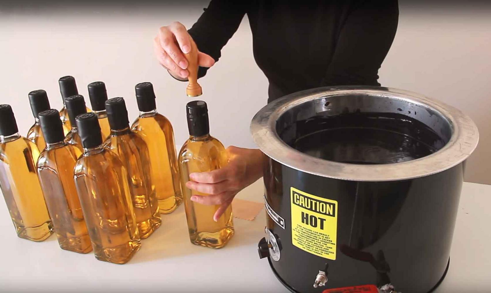 Cómo lacrar botellas en serie