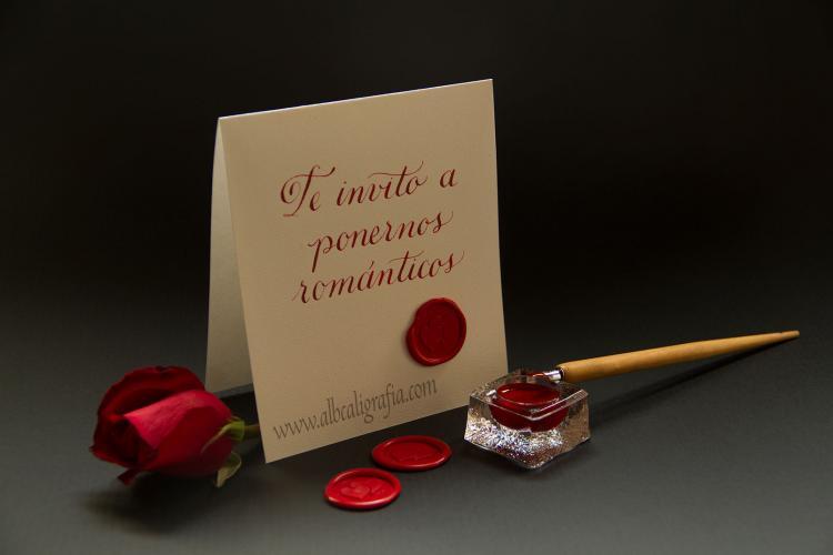 Tarjeta con texto te invito a pasar más tiempo juntos lacrada con corazones rojos