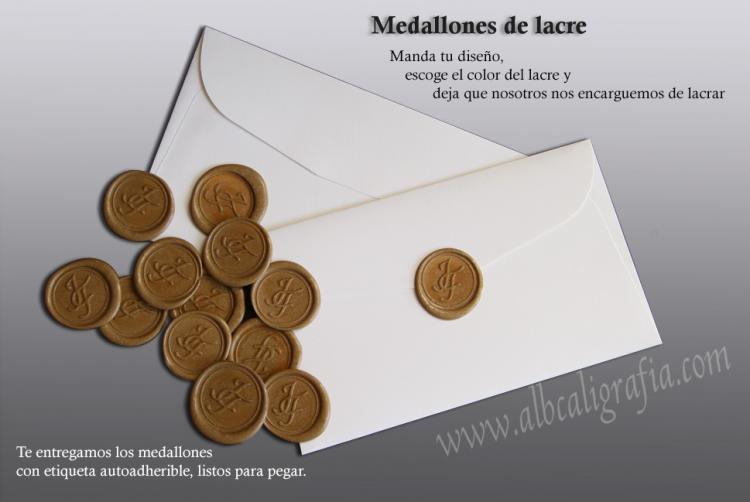 Sobre con varios medallones de lacre dorados y explicación de aplicación de medallones de lacre en invitaciones