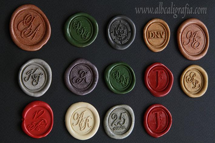Medallones de lacre de diferentes colores con diferentes diseños