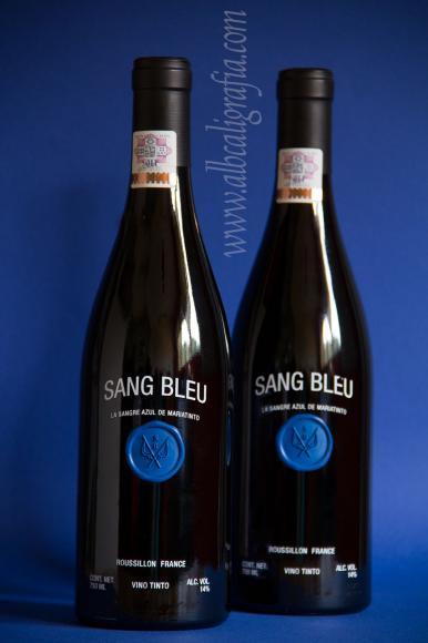 2 botellas de vino SAN BLEU decoradas con un medallón de lacre azul