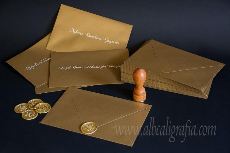 Sobres dorados, rotulados en caligrafía color crema y sellados  con medallones de lacre oro