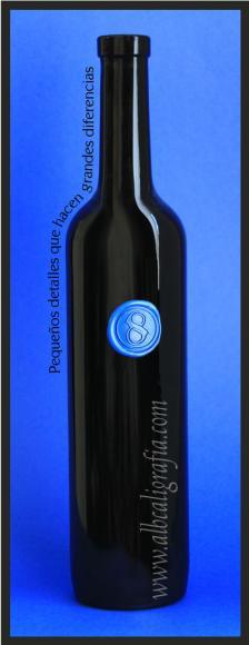Botella negra con medallón de lacre color azul rey