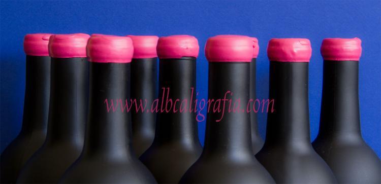 Botellas negras con lacre rosa