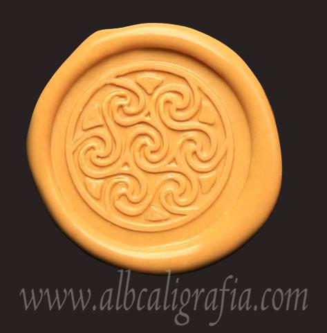 Medallón de lacre amarillo con sello de espirales celtas