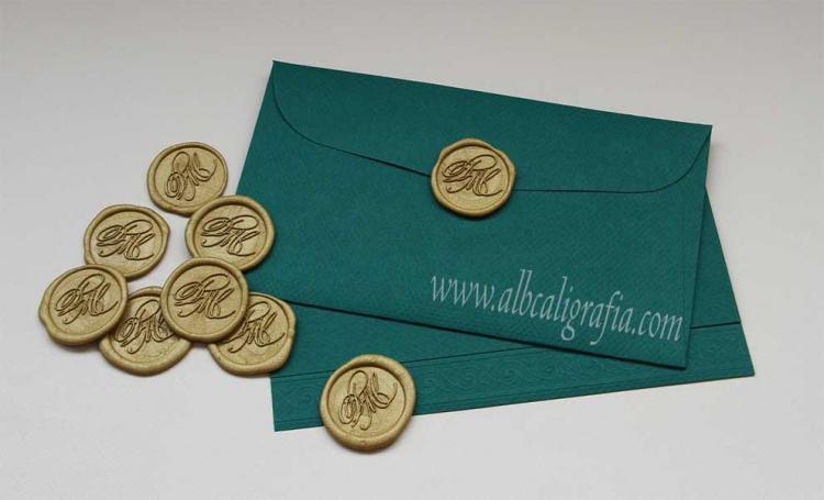 Sobre color verde con medallones de lacre oro