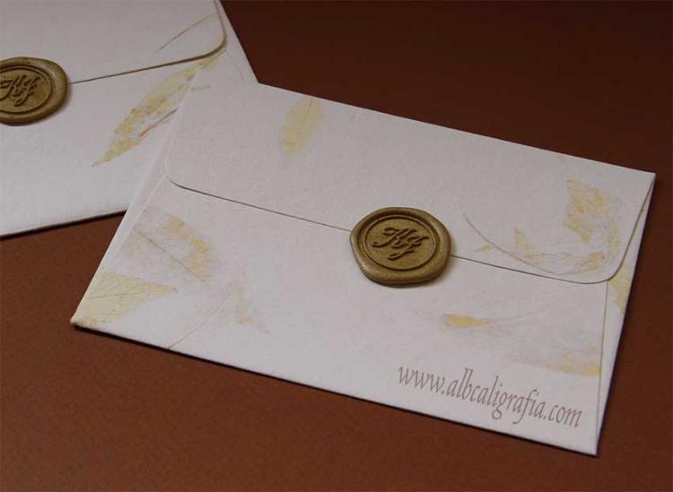 Sobres de papel hecho a mano con medallón de lacre oro