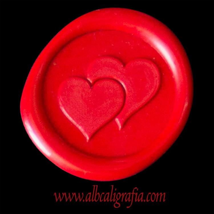 Medallón de lacre rojo escarlata  con corazones