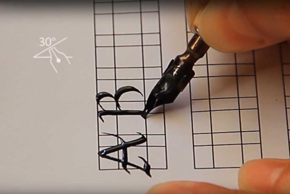Trazo caligráfico de letra Fundacional mayúsculas