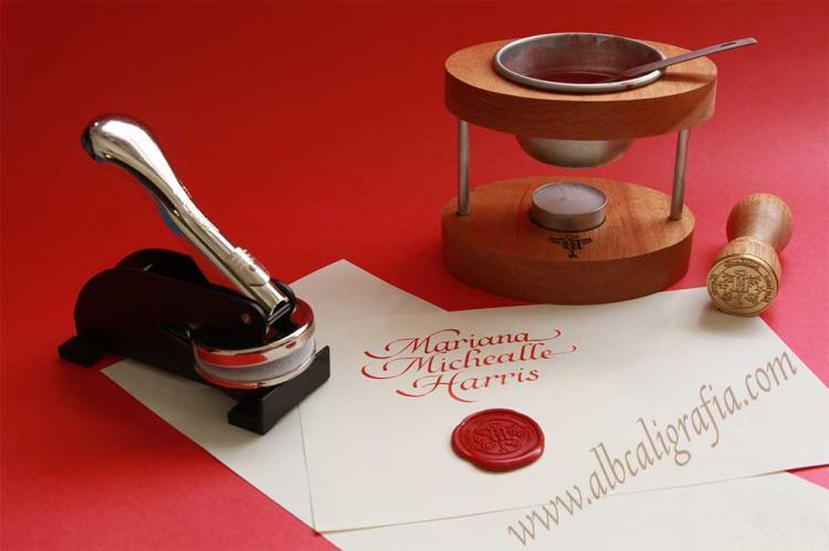 Set para personalizar documentos: lacre, lacrador personal, sello con diseño especial y troqueladora.