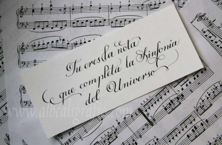 Texto caligráfico Tu eres la nota que completa la sinfonía del universo