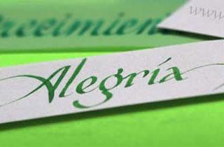 Palabra Alegría escrita en caligrafía sobre un fondo verde