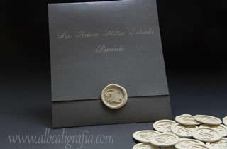 Invitación de boda color plata con medallón de lacre y rótulo marfil