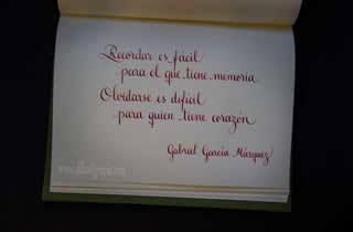 Texto caligráfico en cuaderno: Recordar es fácil para el que tiene memoria. Olvidarse es difícil para el que tiene corazón. Gagriel García Márquez