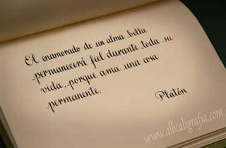 Texto caligráfico en un cuaderno, el enamorado de un alma bella permanecerá fiel durante toda su vida, porque ama una cosa permanente, Platón