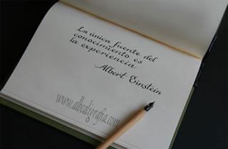 Texto en caligrafía: La única fuente del conocimiento es la experiencia. Albert Einstein