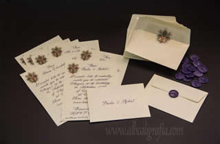 Invitaciones para fiesta de 50 años escritas en caligrafía color morado y sobres lacrados con medallones morados