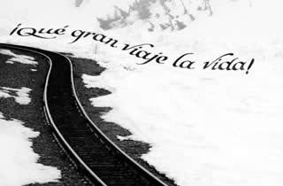 Vía del tren en en la nieve on texto caligráfico Qué gran viaje la vida