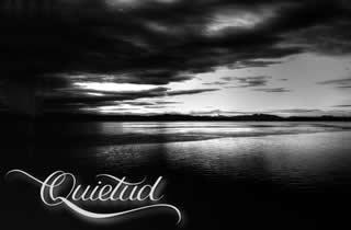 Fotografía de paisaje con montañas y mar en blanco y negro y la palabra quietud