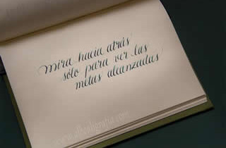 Texto caligráfico en un cuaderno, mira hacia atrás sólo para ver las metas alcanzadas