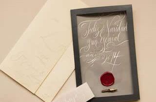 Tarjeta navideña con sello de lacre y plumilla caligráfica