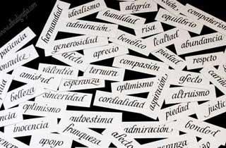 Pequeños papeles con palabras positivas escritas en caligrafía