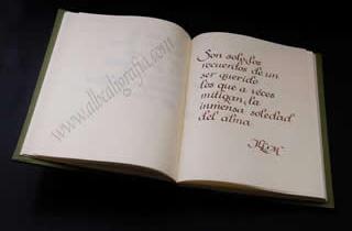 Texto caligráfico, son solo los recuerdos de un ser querido los que a veces mitigan la inmensa soledad del alma