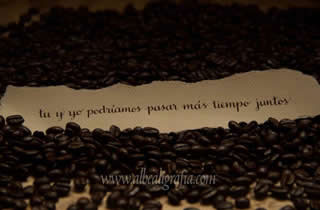 Texto caligráfico cobre granos de café. Tu y yo podríamos pasar más tiempo juntos