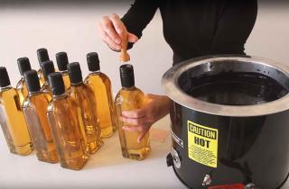 Aplicación de lacre para botellas en serie