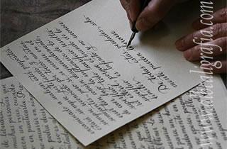Carta escrita en caligrafía y manos del calígrafo