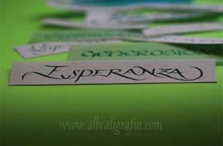 Palabra  Esperanza escrita en caligrafía sobre un fondo verde