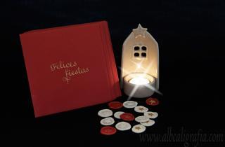 Tarjeta navideña con vela y medallones de lacre