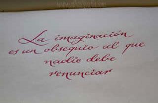 Texto caligráfico la imaginación es un obsequio al que nadie debe renunciar