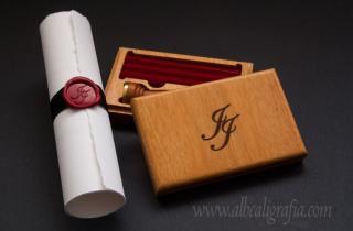 Caja de madera con barras de lacre rojo, grabada con iniciales JJ y pergamino con listón negro y medallón de lacre rojo