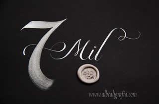 Fondo negro con número 7 y palabra Mil escritos en color plata,  medallón de lacre plata