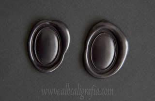 Medallones de lacre negro ovalados y convexos