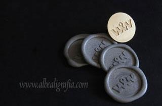 Medallones de lacre color plata y placa metálica