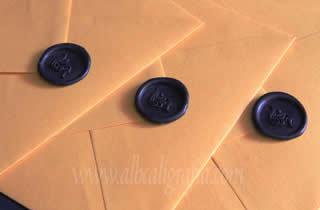 Sobres color ocre con medallones de lacre negro