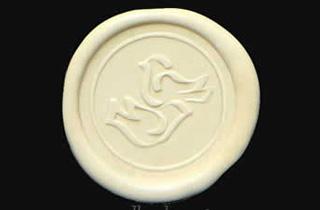 Lacre color marfil con sello de palomas