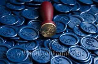 Medallones de lacre azul marino y sello para lacrar