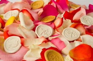 Medallones de lacre de colores primaverales combinados con pétalos de flores