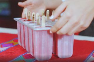 Molde de paletas de hielo con palitos marcados con el nombre de MATEO