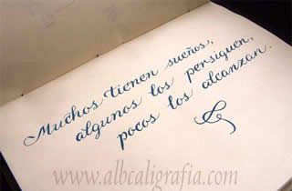 Texto en caligrafía sobre perseguir tus sueños