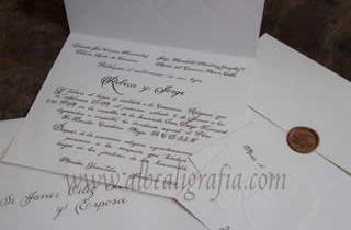 Invitación de boda en estilo caligráfico con lacre cobre