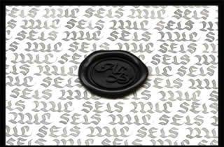 Texto caligráfico en el cual se repite la palabra seis mil y sobre ello se encuentra un lacrado de color negro con las iniciales ALB
