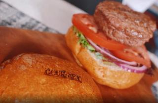 Hamburguesa con la marca estampada en el pan